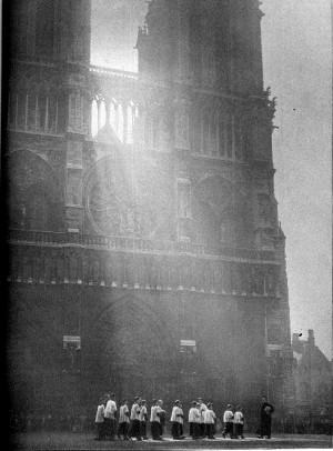 Photoreportage sur la ville de Paris: Notre-Dame, photo Robert Doisneau - Réalités n°65, juin 1951.